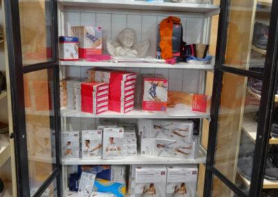 Vitrine mit Bandagen im Schuhhaus Zwickl